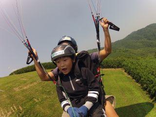 パラグライダーは走って、風にのり、飛ぶスポーツです。