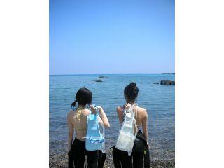屋久島の青い空と青い海でシュノーケル