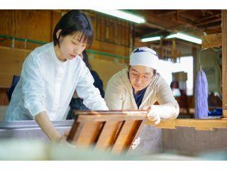 【小国判の紙漉き体験】古くから小国地域で漉かれてきた紙、29x39㎝の半紙判で仕事で使用する道具をそのまま使い、小さなお子様から大人の方まで漉いていただけます。