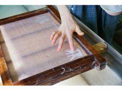 【小国判の紙漉き体験】漉いた後は切り紙やもみじの葉などで模様を付けてオリジナルの一枚に仕上げます。