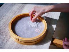 【丸いわっぱ和紙】直径20㎝の丸い和紙もお作りいただけます。小さいお子様でも簡単にできる紙漉きです。