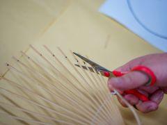 竹の骨を型紙にあわせてうちわの形に切り取ります。