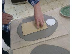 型を使い、粘土を切り取ります