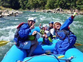 アルプスぼうけん組楽部の一番人気コースがこの天竜川ラフティングハーフツアー!10キロの長い距離を思いっきり楽しんじゃお~!!