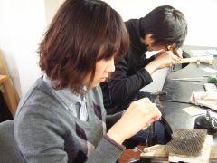 シルバーの材料を糸ノコを使い切ることから始めます曲げたり、叩いたりでリングの形になります