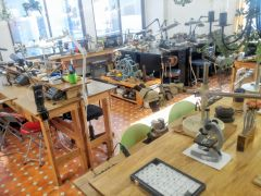 設備が整ったジュエリー工房内にてシルバーリング作りの体験をしますジュエリーメーカー、プロの知識と技術による本格的な指導で作品を作ります