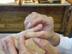 自分の指にピッタリと合うようにリングゲージにて計測しましょう