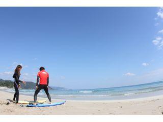 伊豆白浜海岸のエメラルドブルーの海で一緒にサーフィンを楽しんでみませんか!
