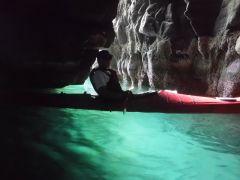 条件が揃うと、巣窟内の海の色はエメラルドグリーンになり、発光しているかの様です!!