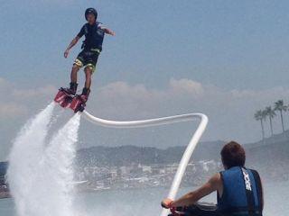 ◆1名様から気軽に体験!【フライボード・逗子鎌倉】CMなどで有名な、両足から真下に向けて水圧で空を飛ぶ!15分のフライボード体験!