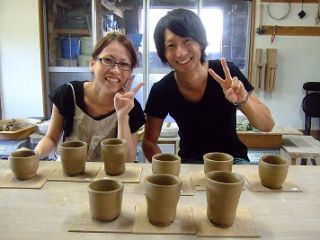陶芸が初めての方でも、丁寧に指導しますので大丈夫です。出来上がった数点の中から、プレゼント用と自分用の作品を選んで下さい。