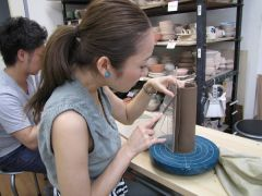 電動ロクロではお湯呑み、お茶碗などが作れます。手びねりでは板皿や、マグカップなどを作ることが出来ます。