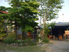 樹木に囲まれてたたずむ森の小さなカフェ【店舗正面に駐車できます】