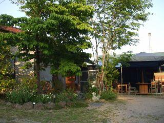 樹木に囲まれてたたずむ森の小さな陶芸カフェー店舗正面に駐車できます―