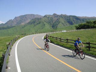 【阿蘇山上からの映えるサイクリング】〜選べるうまかもん♪グルメチケット付き〜 #女性 #カップル #下るだけ #初心者向け #チャリジェニックの旅
