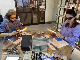 酸素バーナーと耐熱ガラスを使用してペンダントを制作しましょう!