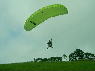自分の力で空を飛ぶ感覚は味わったことのない感動。一度体験したら、またやりたい!と思うはず。