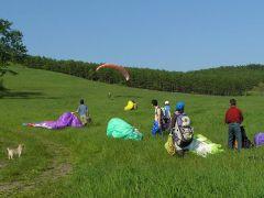 会場は広々とした緩やかな斜面の草地だからリスク少なく体験することが出来ます