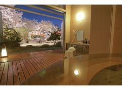 樽風呂はど真ん中から桜の絶景を独占可能!