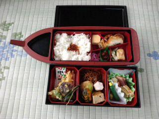 『水郷弁当』お刺身、天ぷらと豪華な内容に、可愛らしい船の形のお弁当です。