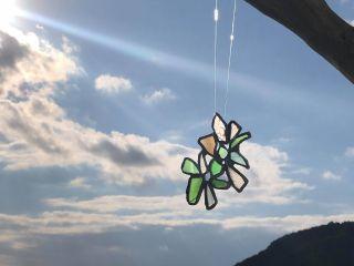 窓辺に揺れるビーチグラスのサンキャッチャーを作ります。