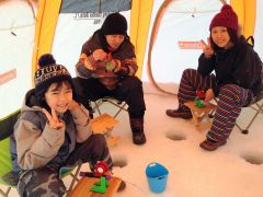 群れの入りやすい場所に設置した専用テント内でワカサギ釣り体験!