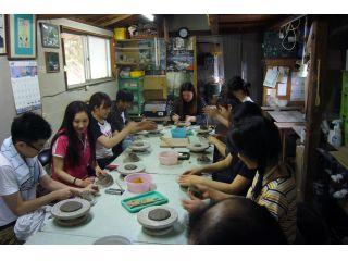 大学生達が楽しく陶芸をしている様子・・・