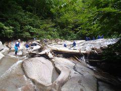 森や渓谷の中をポイントまで歩いて移動します