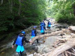 キレイな川沿いや登山道を歩いてポイントを目指そう!