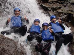 滝に打たれて痛いはずが・・・楽しくて笑っちゃいますねw
