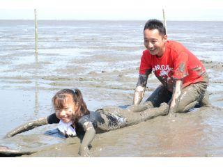 広大な有明海の干潟で全身泥だらけ&泥パックが体験できる「干潟体験コース」