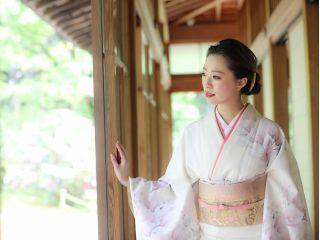 美しい正絹の帯に金やべっ甲の髪飾りで貴方の美しさを引き出します。