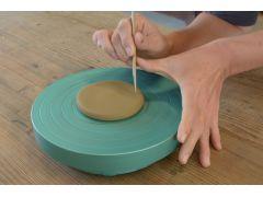 竹ベラで底の大きさを決めて切り取ります。*焼成しますと1割位小さく成りますので、完成サイズより少し大きくして下さい。