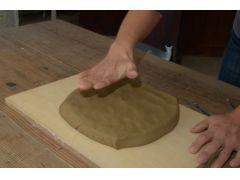 工程1:粘土の塊を必要な大きさまで叩いて伸ばします。
