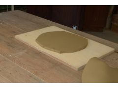 工程2:麺棒等で伸ばし厚さを均等にします。*制作するものにより、伸ばし方や厚みの決め方は変わります。