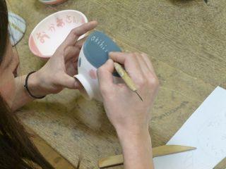 素焼の器に好きな絵を描く絵付け体験。