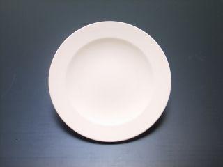 リムがついた描きやすいフラットなお皿です。日々の暮らしの定番として活躍しそうなサイズです。