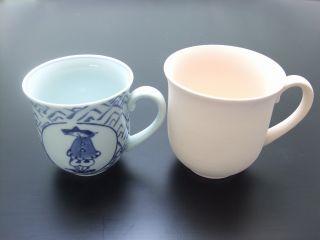 人気No1のマグカップ。右側が素焼きで左側が焼き上がった製品です。ご覧のとおり約1割小さくなります。絵柄は弊社の製品ですが、色合のサンプルとして紹介しています。