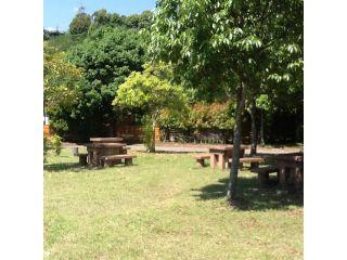 うめキャンプ村の中央に広がる芝生の広場に、バーベキュー台8台完備!近くに炊事棟もあります。