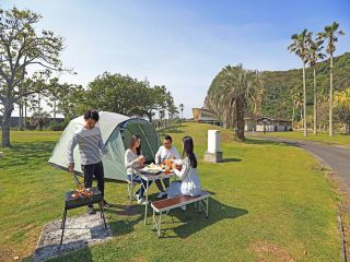 目の前にはダイナミックな魚見岳や、穏やかな錦江湾のすぐそばにある、開放的なオートサイトで手ぶらで楽しめるキャンプパック