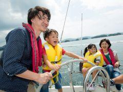 ヨットセーリングで舵取りやセール操作も体験できます♪