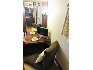 少し狭いですがリクライニングチェアで横になられる方も…個室:鏡、テレビ、コンセントが2つあります。