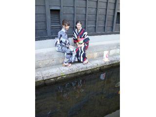 浴衣でしっとり町並みをお楽しみください。鯉のたくさんいる瀬戸川沿いの通りはお勧めです。