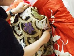 舞妓本格着付け◆長ーーーい帯を本格的に結びます。着物と帯を着付けるとずっしりと重みが…。舞妓さんの大変さが少しわかります。