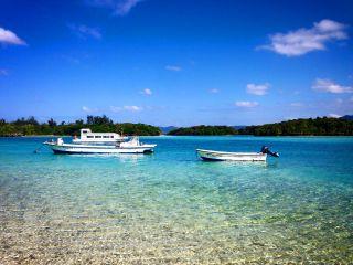 亜熱帯の自然と広がる青空、白い砂浜。青があふれる川平湾をグラスボートでご案内。約30分のマリン体験。
