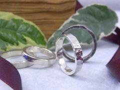 指輪は指に合わせて作るからピンキーリングなどの小さいサイズからメンズの大きなサイズでも大丈夫。指輪の内側に刻印も1文字100円で刻印もできます。