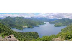 然別湖は大雪山国立公園の南端に位置し、周囲を手つかずの原生林に囲まれています。