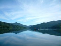 風のない、凪の日には湖が鏡のようになり空と森を映し出し、最高の景色が広がります。