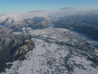 信濃大町(大町市)北部を眺望。中央上部に木崎湖