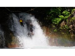 条件が良い時は滝に虹がかかりその中をスライダー!!
